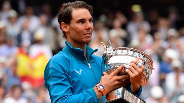 Rafael Nadal cun il pocal da Roland Garros.