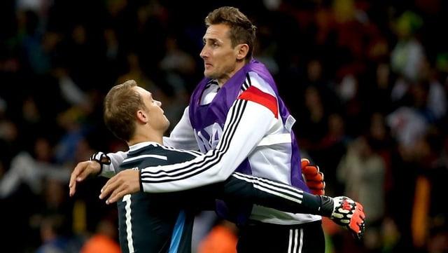 Miroslav Klose und Manuel Neuer umarmen sich.