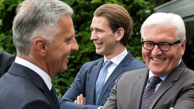 Burkhalter (links) spricht mit Steinmeier (rechts). Im Hintergrund Kunz.