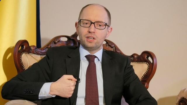Regierungschef Arseni Jazenjuk ballt die Faust während eines Interviews.