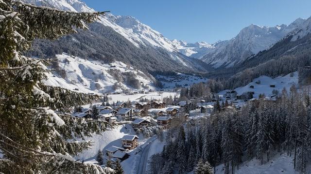 Ein Bild vom verschneiten Klosters bei Sonne