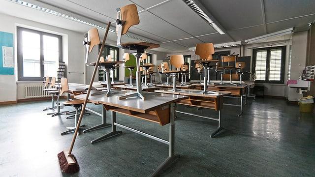 Leere Schulzimmer mit Stühlen auf den Pulten