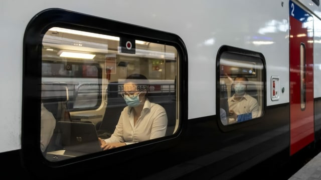 Tren cun passagiers cun mascrinas.