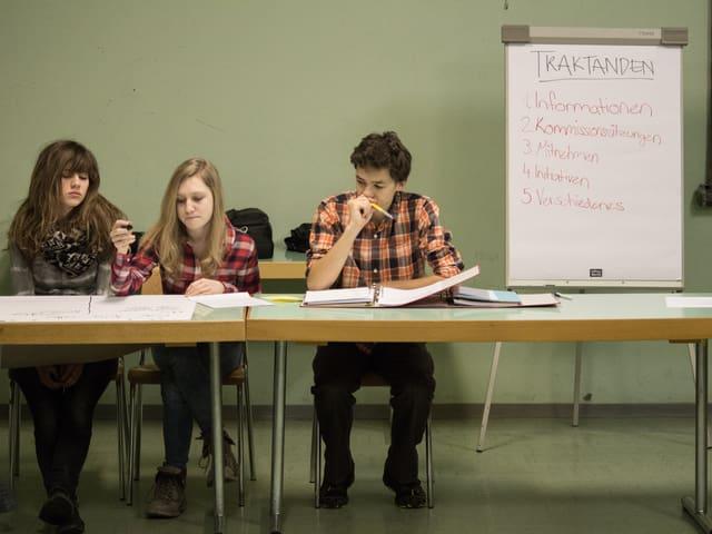 Drei Schüler während einer Sitzung.