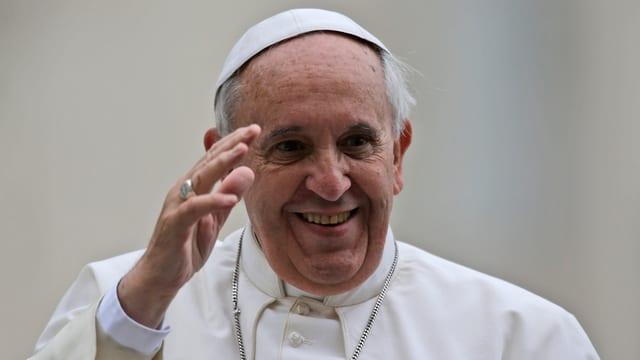 Papst Franziskus lächelnd und winkend.