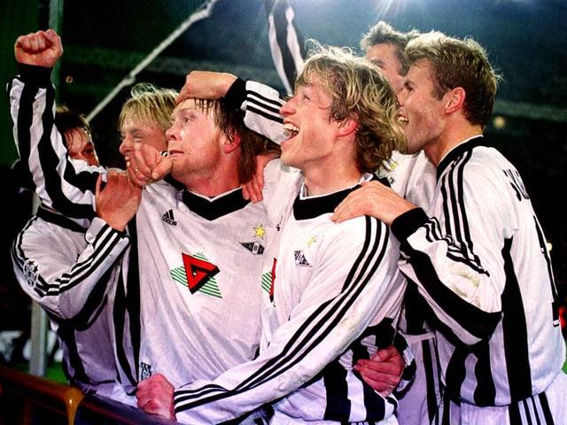 Spieler von Rosenborg Trondheim bejubeln 1999 einen Treffer.