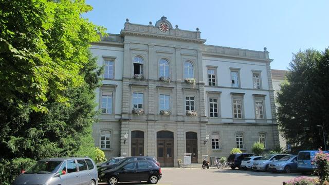 Markantes Klinikgebäude aus Stein.