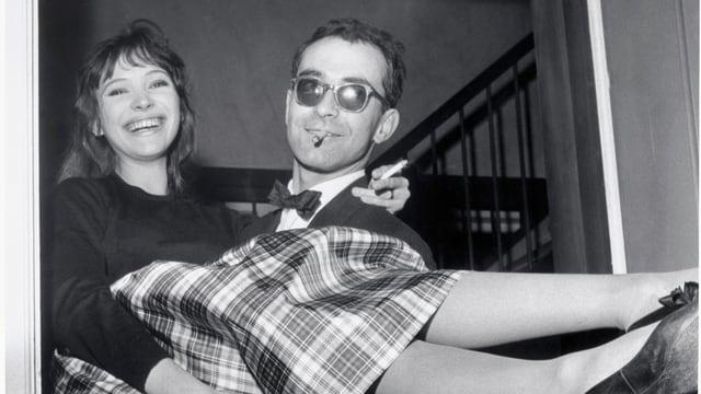 Anna Karina in den Armen von Jean-Luc Godard.