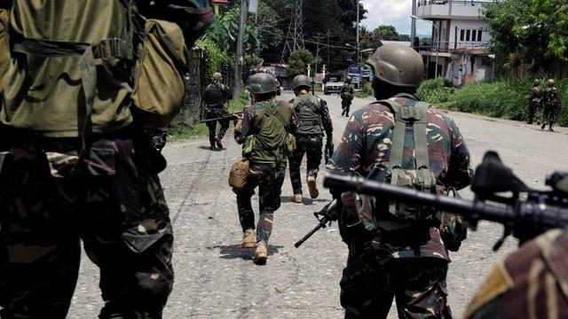 Soldaten auf der Strasse.