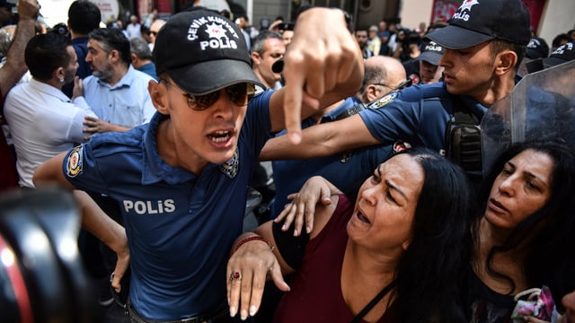 Zwei Polizisten und zwei Frauen.