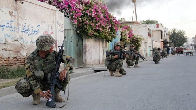 Soldaten umzingeln nach dem Angriff das IKRK in Jalalabad.
