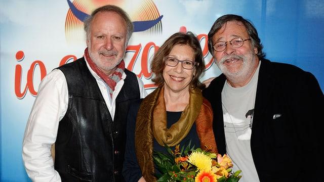 Peter, Sue & Marc posieren vor dem Musicalplakat «io senza te».