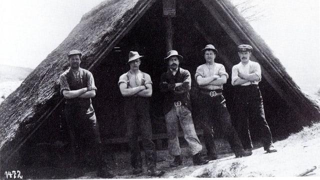 Männer stehen vor dem Einstieg eine Schachts