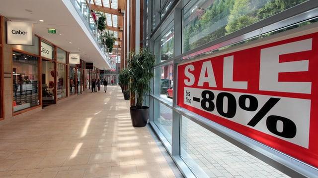 Symbolbild: Einkaufs-Mall mit einem Schild «Sale -80 Prozent»