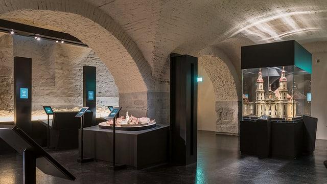Ein Keller mit Ausstellungsgegenständen in Vitrinen.