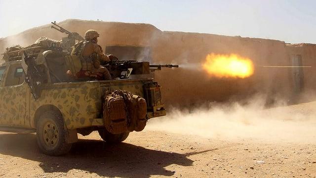 Anti-Taliban-Operation. Sicherheitsleute feuern aus einem Geländewagen.