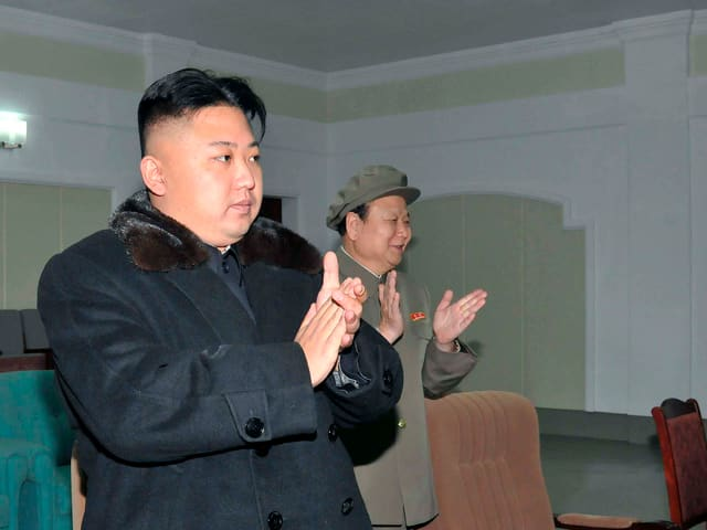 Kim Jon Un applaudiert stehend.