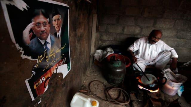 Zerrissenes Wahlplakat von Musharraf hängt an einer Mauer.
