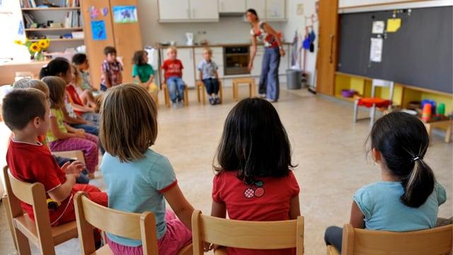 Kinder sitzen in einem Kreis im KIndergarten