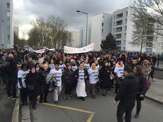 Ein Demonstrationszug in Aulnay-sous-Bois. Auf Transparenten fordern die Demonstranten Gerechtigkeit.