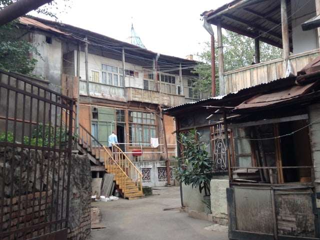 Renovationsbedürftige Wohnhäuser im Zentrum der georgischen Hauptstadt Tiflis.