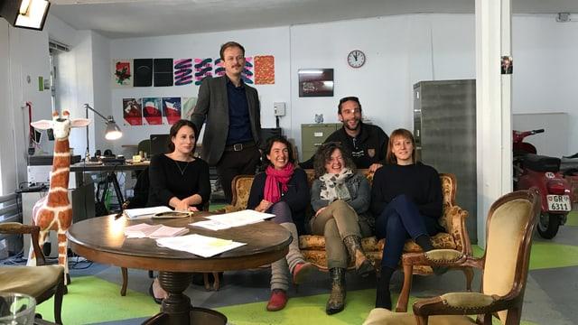 Teater Giuven Grischun, da sanester: Martina Mutzner, Roman Weishaupt, Annina Sedlacek, Barbara Schneider, Lorenzo Polin e Fiona Schmid.