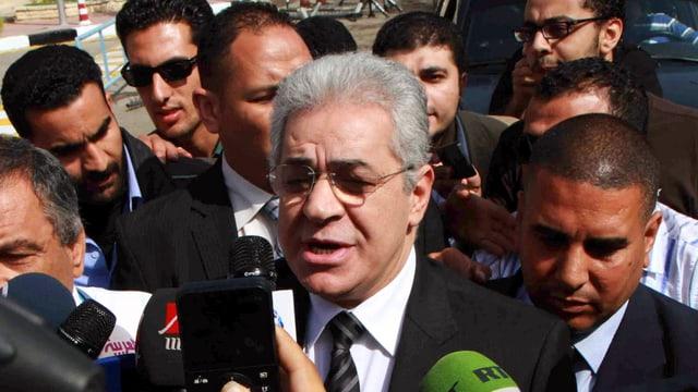 Hamedeen Sabbahi inmitten von Journalisten.
