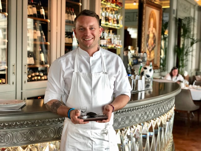 Il chef-cuschinier Anton Kovalkov en ses restaurant porta in vodka cun caviar per empruvar.