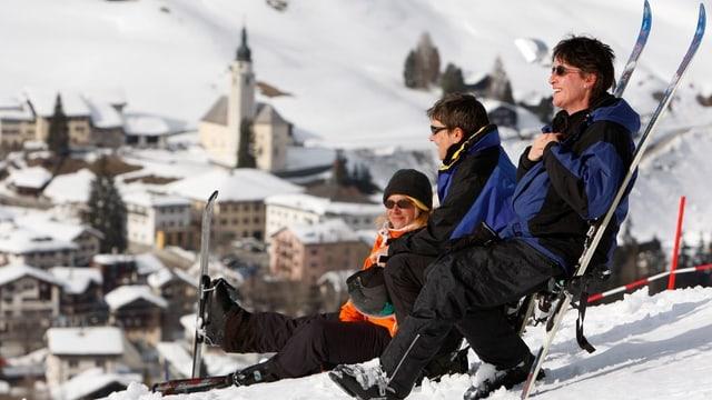 Skifahrer geniessen die Aussicht auf das Dorf Splügen.