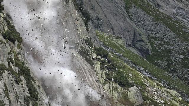Steinschlag donnert abwärts.
