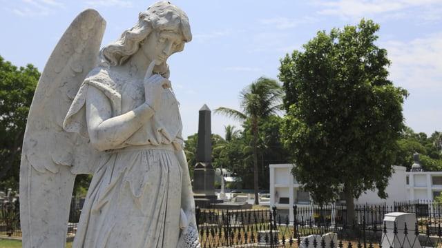 Weisser Marmorengel auf Friedhof