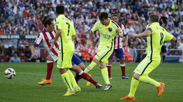 Lionel Messi zieht ab.