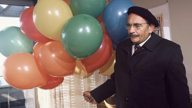 Detektiv Männdli mit einer handvoll Ballonen.