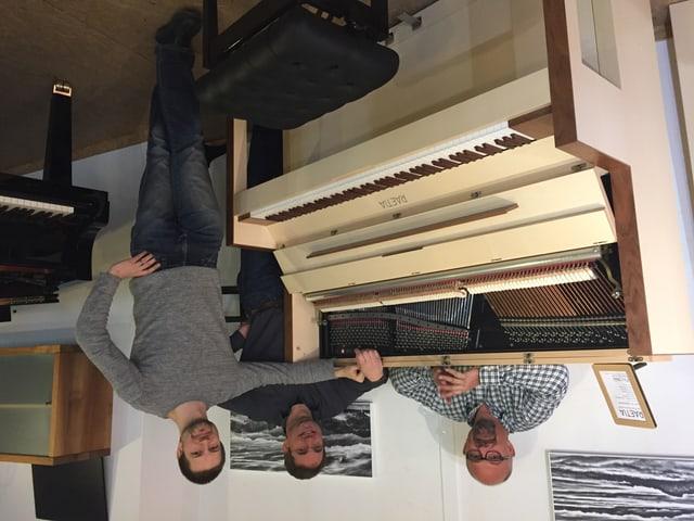 Hinter dem Klavier: Florian Kamnik (Klavierbauer), Janos Selmeczi-Horvath (Klavierbauer), Jean Christoph Hannig (Klavierbaumeister).