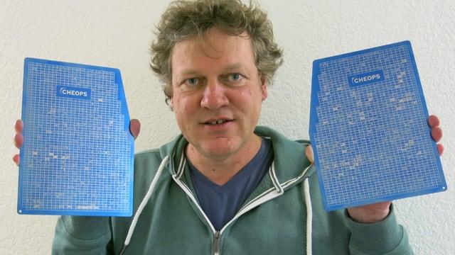 Guido Bucher hält die Titanplatten.