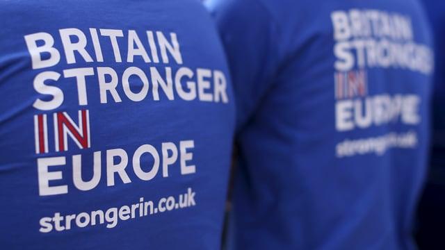 Zwei Männer von hinten mit T-Shirts mit der Aufschrift «Britain stronger in EU».