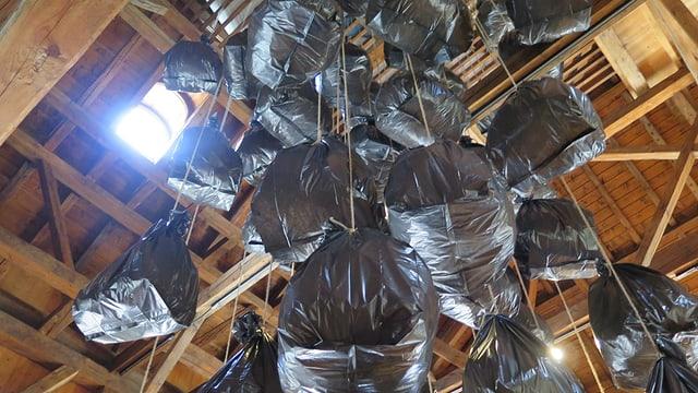 Abfallsäcke von der Decke hängend