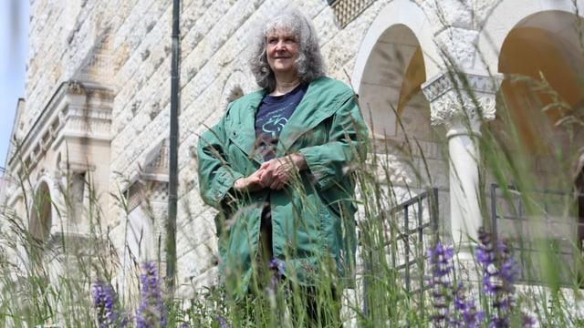 Gaby Zimmermann steht vor einer Blumenwiese.