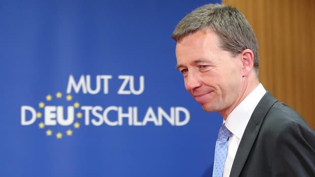 Bernd Lucke vor einem Plakat «Mut zu Deutschland».