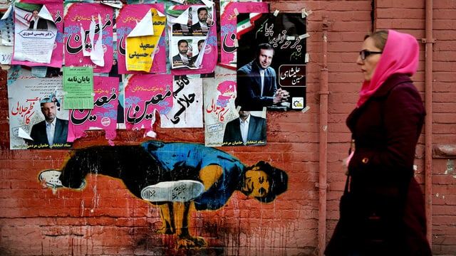 Wand mit Breakdancer und Wahlplakaten in Teheram
