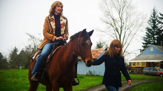 Laura Dern auf dem Pferd und Reese Witherspoon führt das Pferd