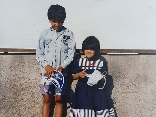 Ein Bub und ein Mädchen stehen am Rheinfall.