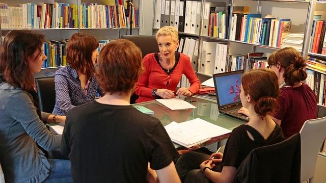 Forscherin Margrit Stamm mit Studierenden.