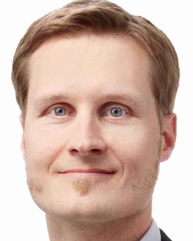 mann mit kurzen blonden haaren und hellen augen