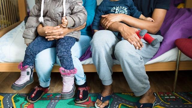 famiglia da fugitivs cun uffants en il center da transit a tavau