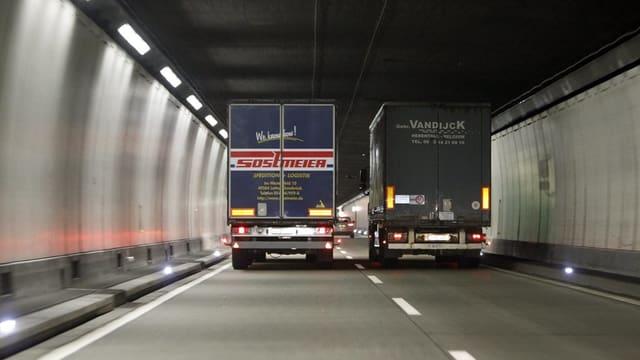 Zwei sich überholende Lastwagen im Seelisbergtunnel.