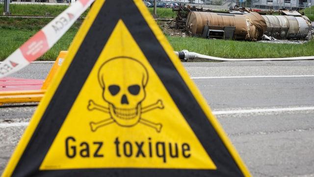 Ein Absperrschild mit einem Totenkopf und der Aufschrift «Gaz toxique».