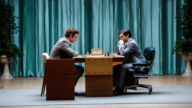 Liev Schreiber als Boris Spassky und Tobey Maguire als Bobby Fischer in ein Schachspiel vertieft