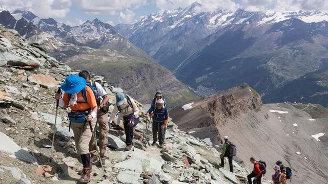 Asiatische Touristen beim Aufstieg zur Hörnlihütte oberhalb von Zermatt – am Fuss des Matterhorns. (keystone)