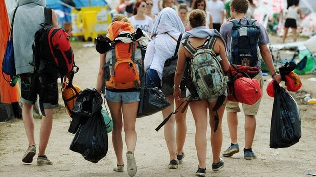 Eine Gruppe junger Leute zieht am letzten Tag mit Rucksack vom Open Air Frauenfeld ab.